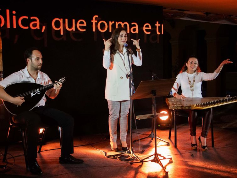 Lucia Loxca ser formou arquiteta em Curitiba. Além de exercer a profissão, ela também integra um trio musical com o marido e a cunhada