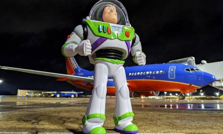 Menino perde Buzz Lightyear em avião e companhia aérea devolve com um presente especial