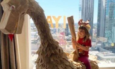 Família usa sacolas de papel para criar dinossauro da quarentena