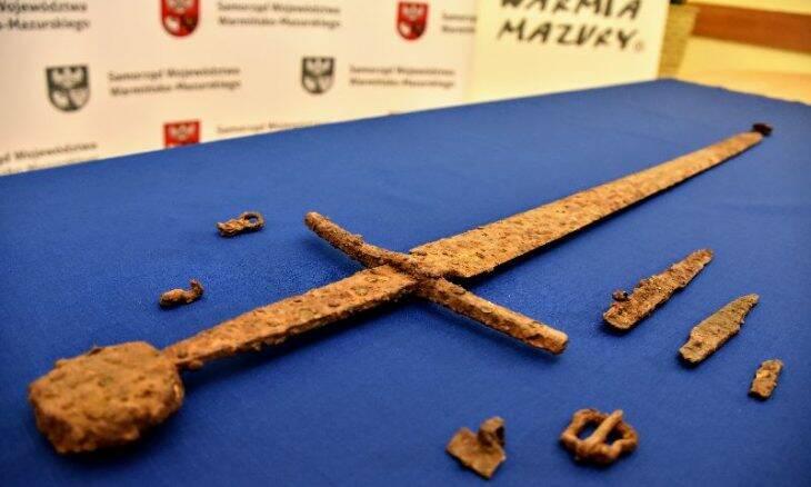 """Espada de 600 anos é encontrada por """"caçador de metais"""" na Polônia"""