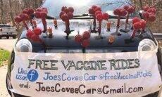 Em Fiat 500 temático, casal oferece caronas grátis para se vacinar contra a covid-19