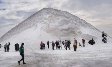 """Montanhas de """"gelo"""" viram atração turística no Egito"""