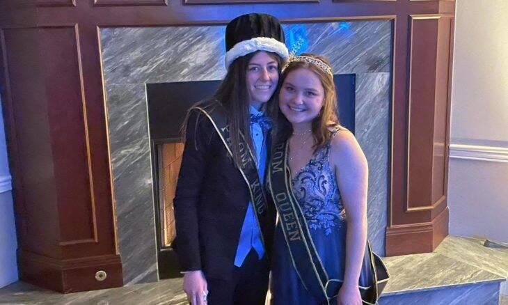 Baile escolar elege duas garotas para os postos de rei e rainha