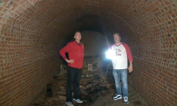 Homem descobre túnel do século 19 sob a sua casa