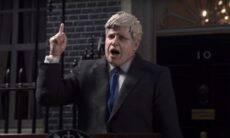 Boris Johnson é soterrado por pilha de garrafas pláticas em animação do Greenpeace
