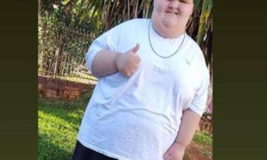 Menino que pesava 200 kg calça tênis pela 1ª vez