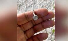 Mergulhador encontra anel de noivado perdido em lago em apenas 20 minutos