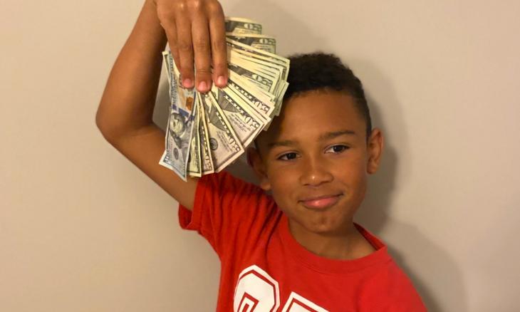 Criança acha envelope com US$ 5 mil enquanto limpava o carro novo do pai
