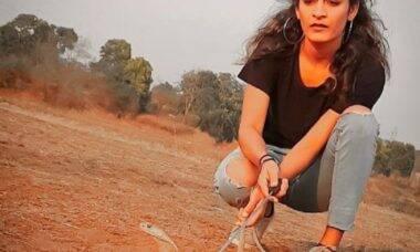 Jovem indiana viraliza ao brincar com cobra mortal