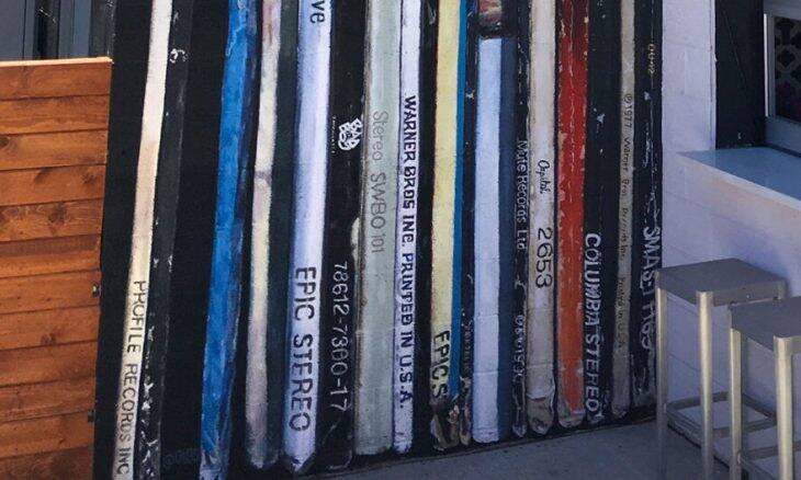 Artista transforma parede em coleção de LPs gigantes; entenda