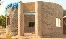 Garrafas plásticas estão sendo transformadas em casas na Nigéria