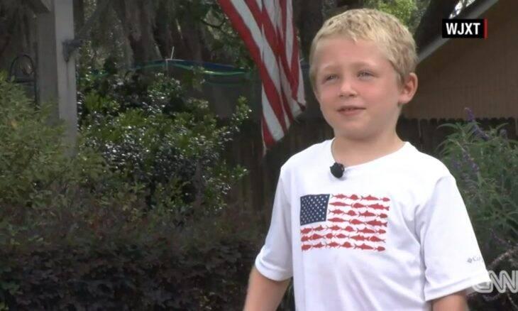 Menino de 7 anos nada por uma hora para buscar ajuda para o pai e a irmã