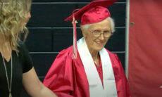 Idosa recebe diploma do Ensino Médio 79 anos após deixar a escola