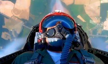 """Herói que saltou de ponte para salvar criança ganha voo com a """"Esquadrilha da Fumaça"""" americana"""