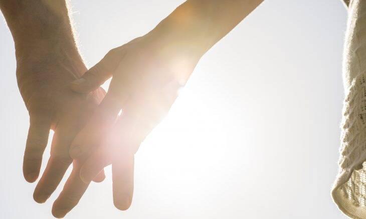 Paciente pede namorada em casamento após vencer a covid-19