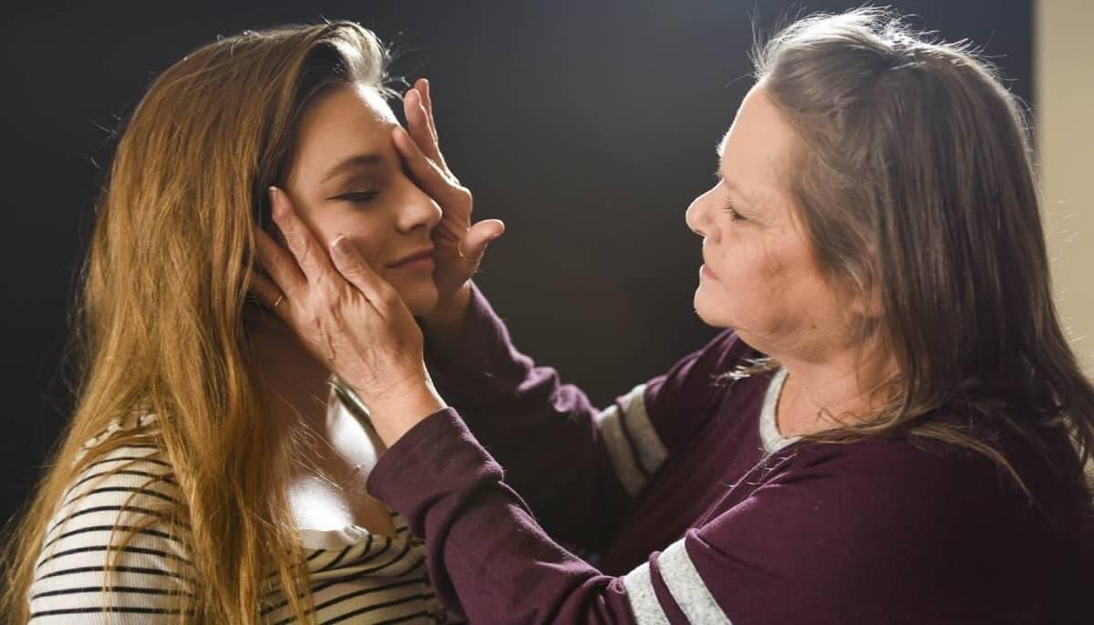 Após ficar cega por 15 anos, mulher volta a ver e se emociona