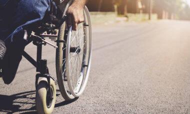 Estudantes criam cadeira de rodas equipada com bebê conforto