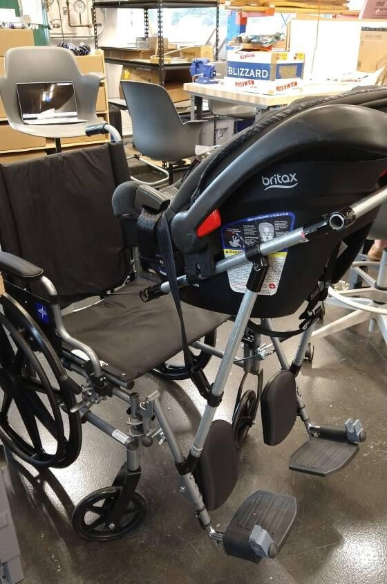 Cadeira de rodas com bebê comforto