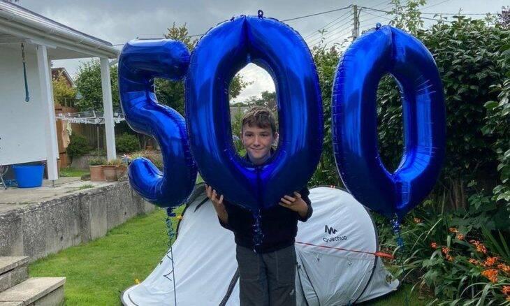 Garoto de 11 anos passa mais de 500 dias dormindo ao ar livre para conseguir doações