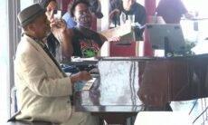 Pianista de aeroporto é surpreendido com gorjeta de US$ 60.000