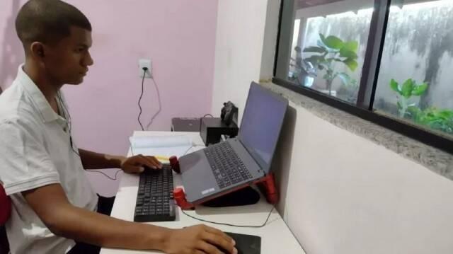Adolescente autodidata passa em vestibular para medicina