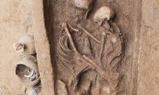 Arqueólogos encontram casal abraçado em túmulo de 1.500 anos
