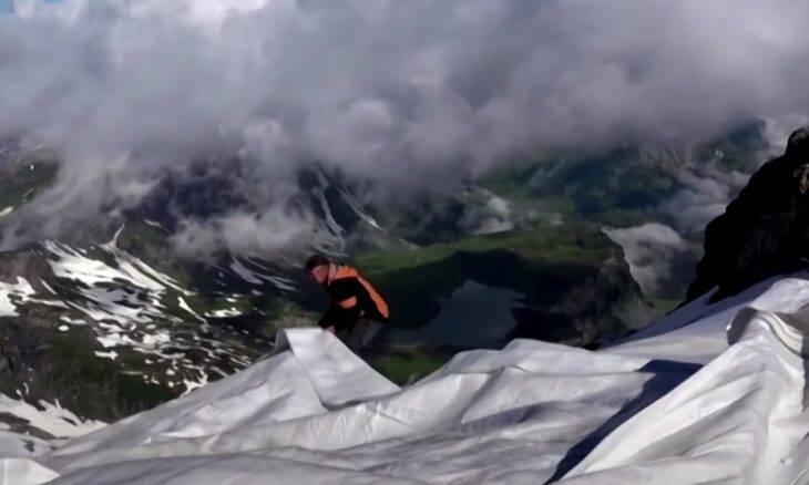Resort suíço usa cobertores gigantes para evitar derretimento de gelo de montanha
