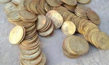 Operários encontram tesouro com 239 moedas de ouro em reforma de mansão