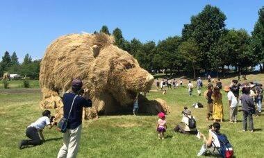 Japoneses criam obras gigantes de palha de arroz em festival anual