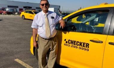 Taxista faz sucesso ao transportar compras de idosos de graça