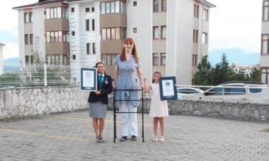 Turca recebe o título de mulher mais alta do mundo