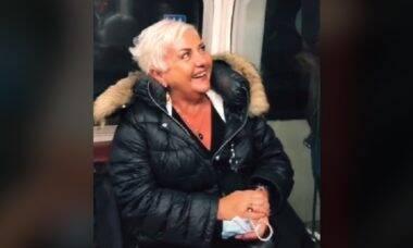 """Britânico viraliza ao fazer passageiros de trem cantarem """"Parabéns pra Você"""" para a sua mãe"""